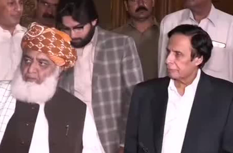 Maulana Fazal ur Rehman holds secret meetings with Chaudhry Brothers!